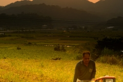 徳之島での農夫と美しい夕焼け
