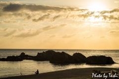秋利神海岸にて「釣り人と夕陽」