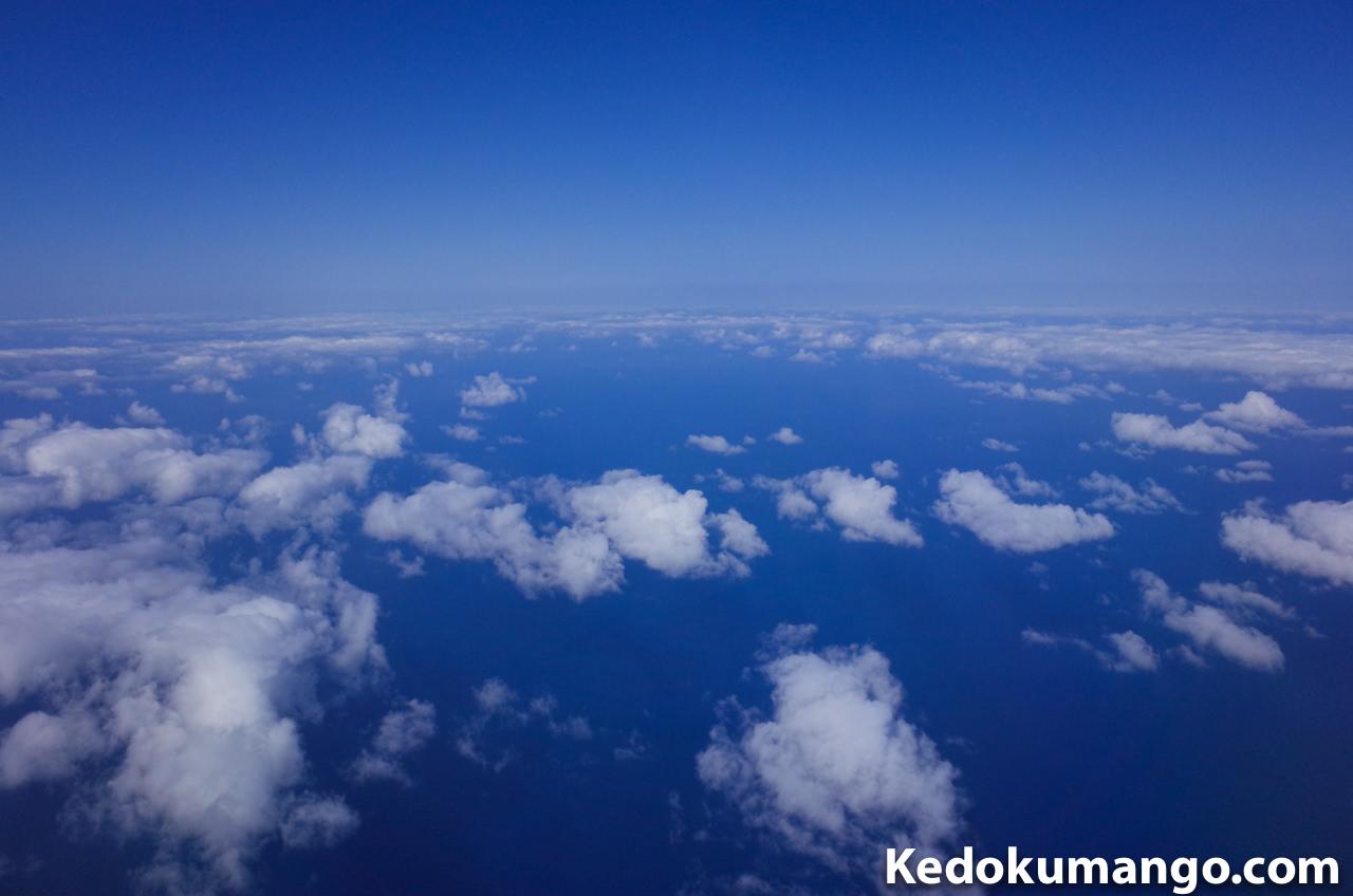飛行機の中から見た空のブルー