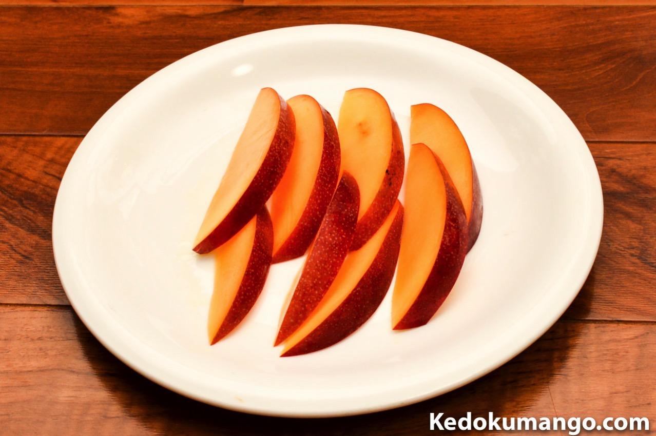 皮付きのままのマンゴーのカット