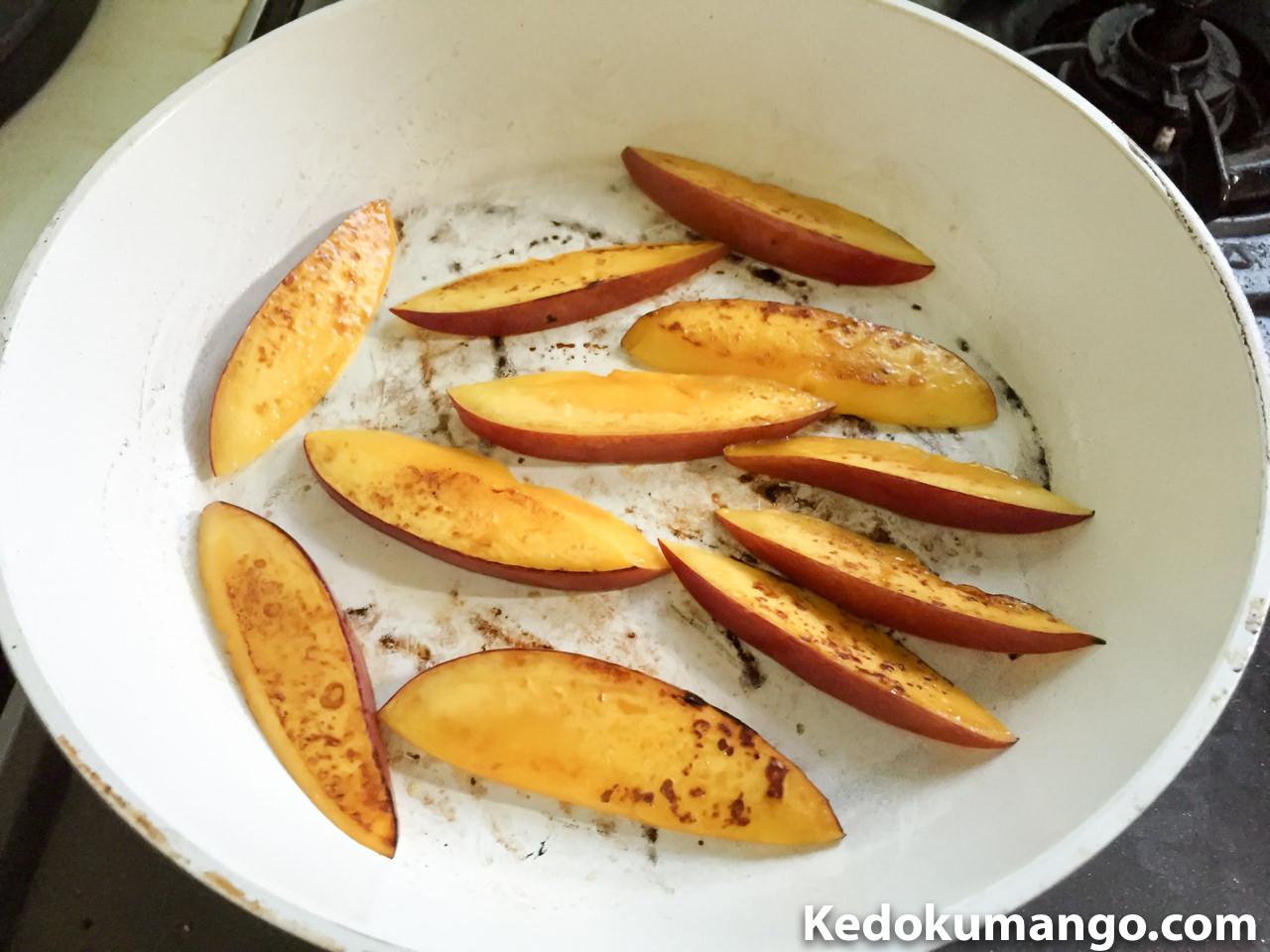 フライパンでマンゴーを焼いている様子