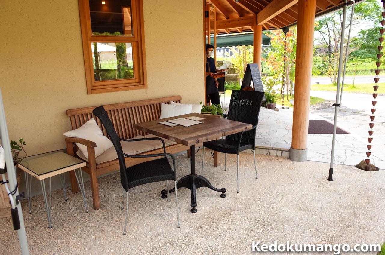 「ひなた茶屋」の建物横のテーブル席