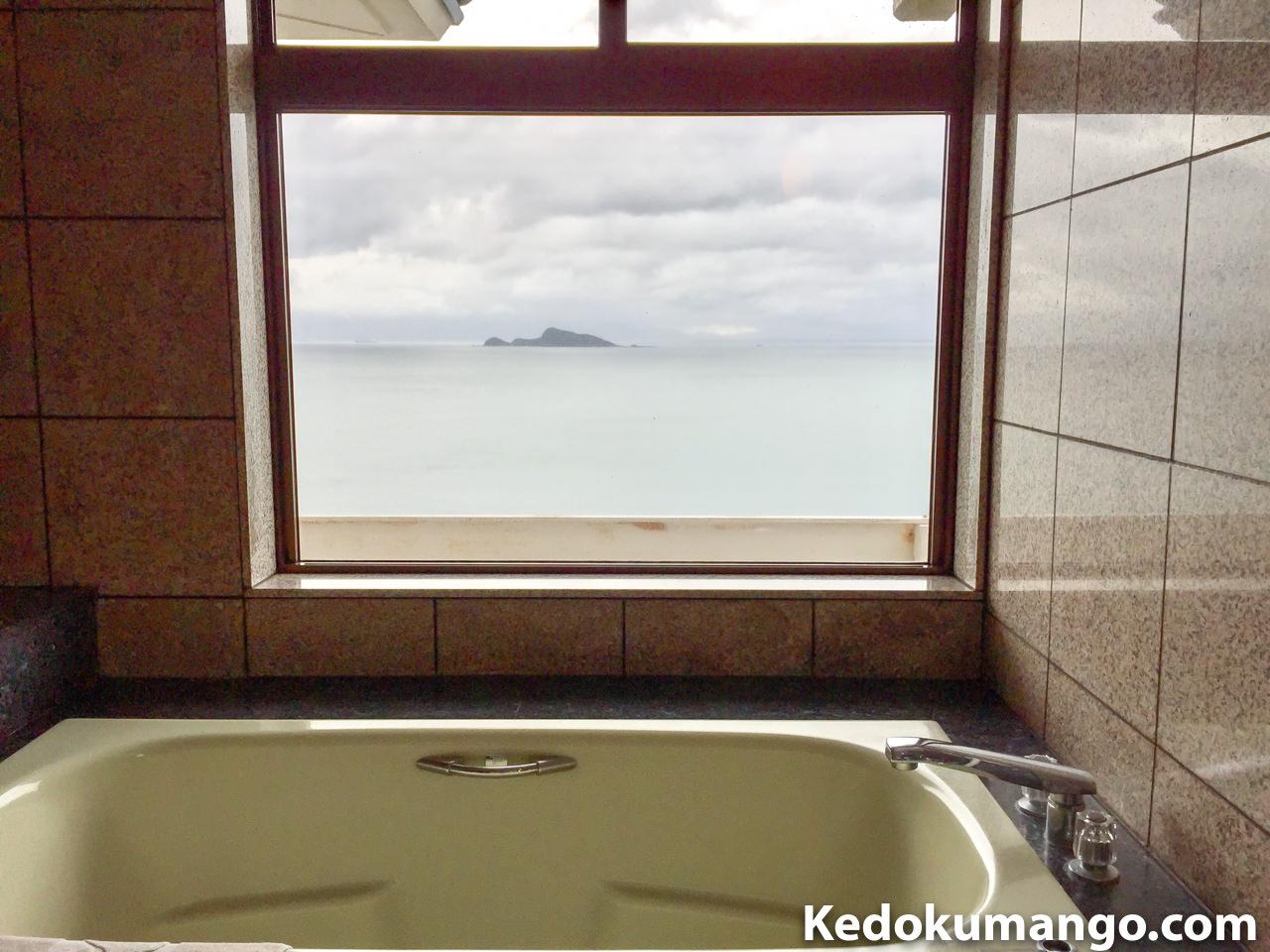 客室の浴槽から眺める海