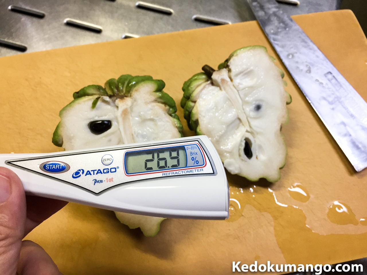 アテモヤの糖度を計測しているところ