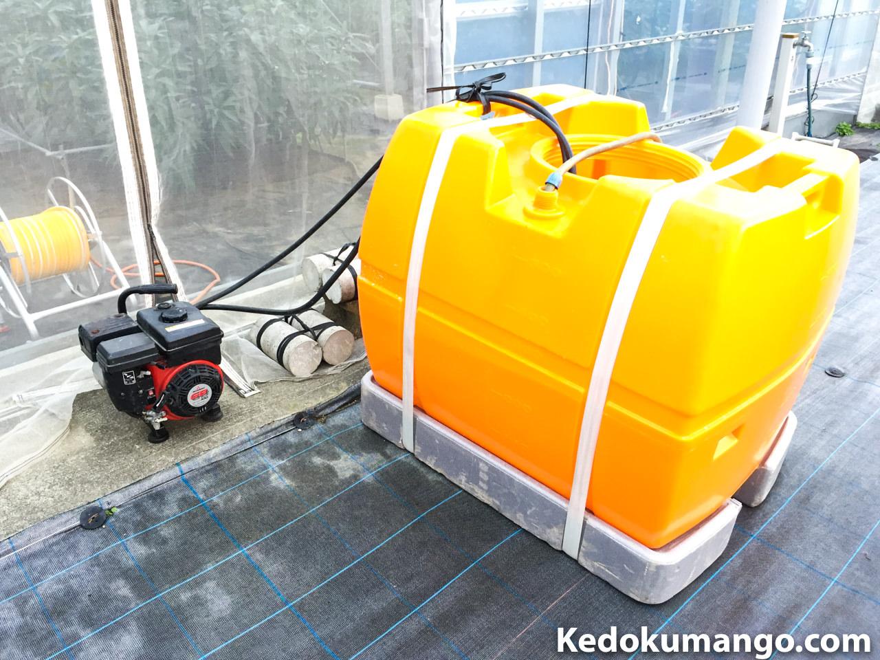 動力噴霧器と水タンク