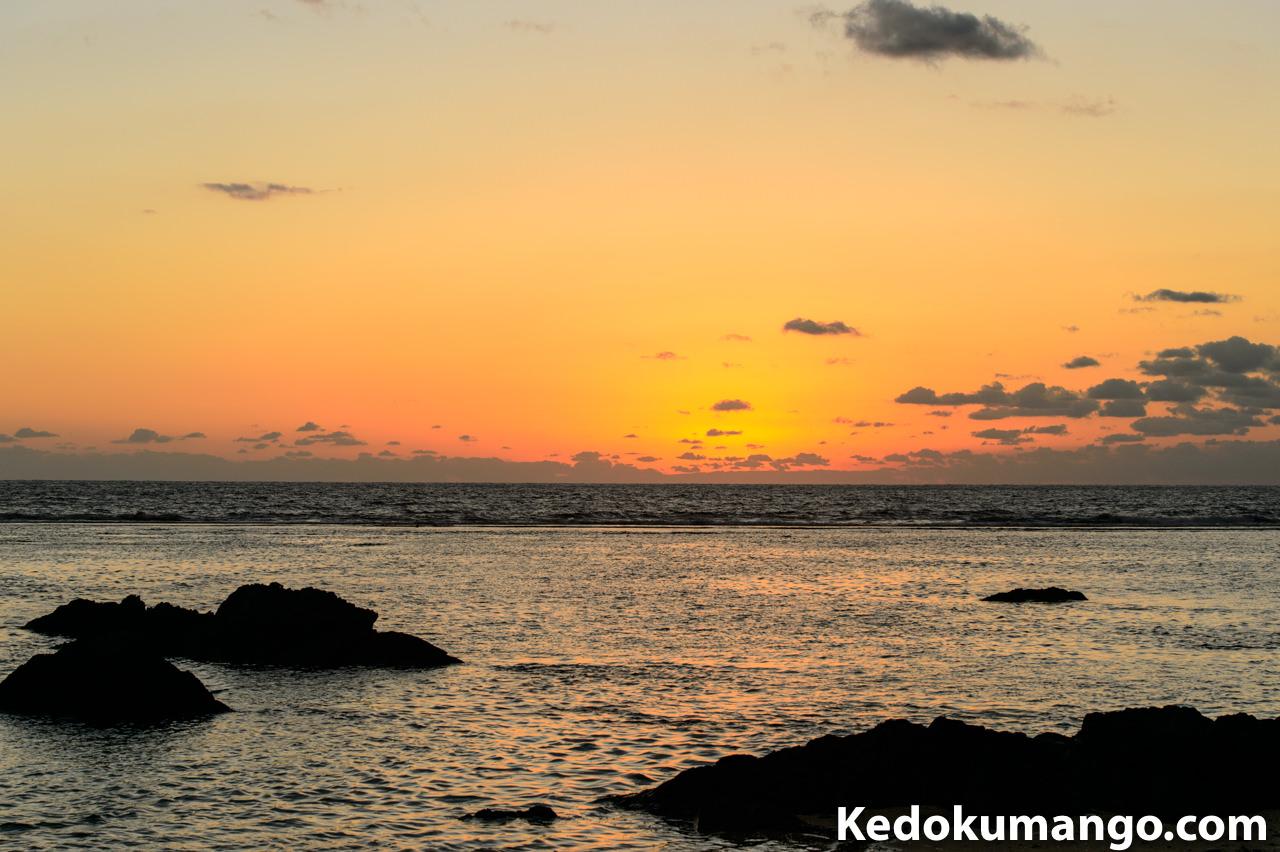 畦プリンスビーチでの日の出前の海岸線