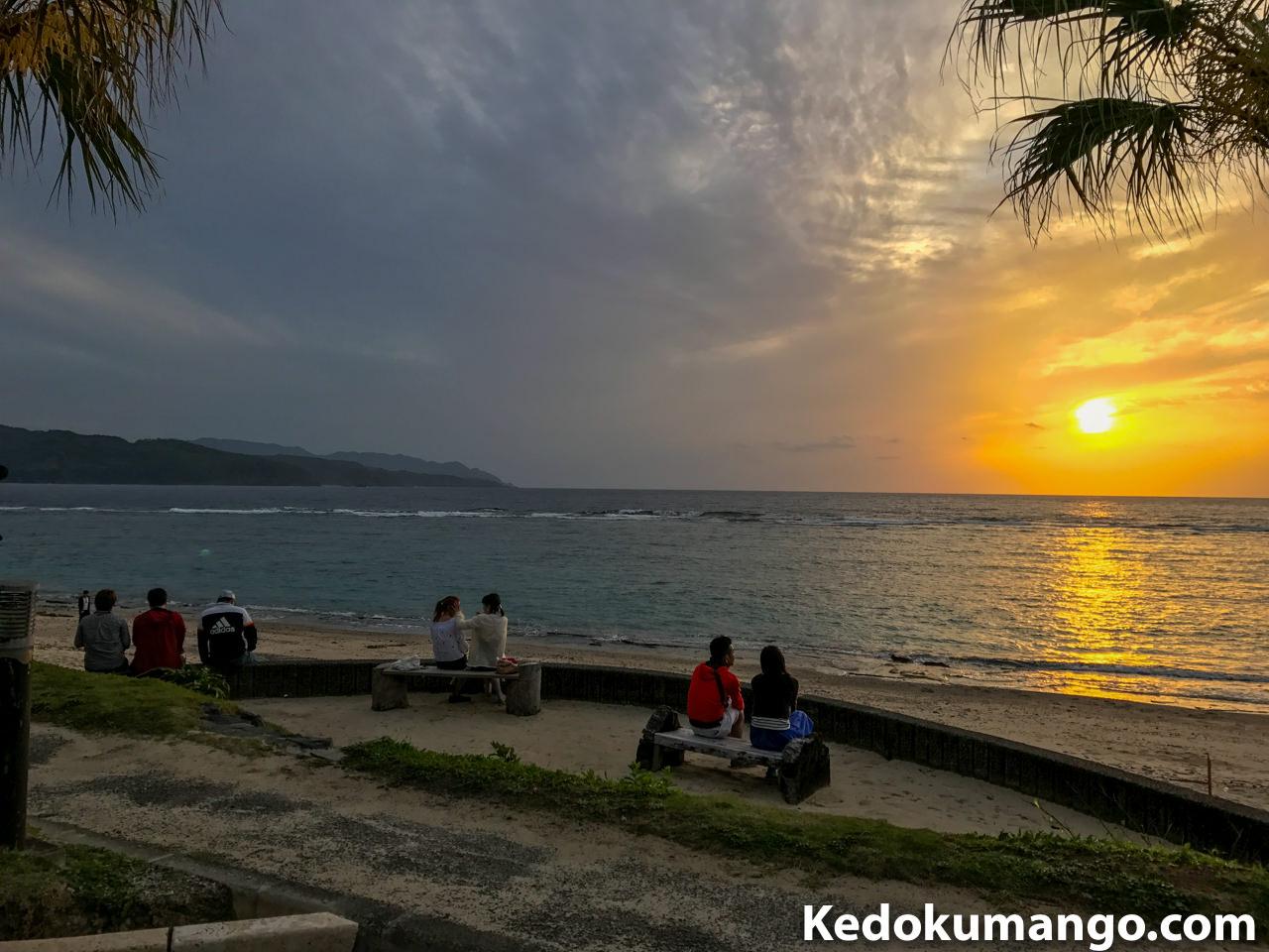 大浜海岸で夕陽を眺める観光客