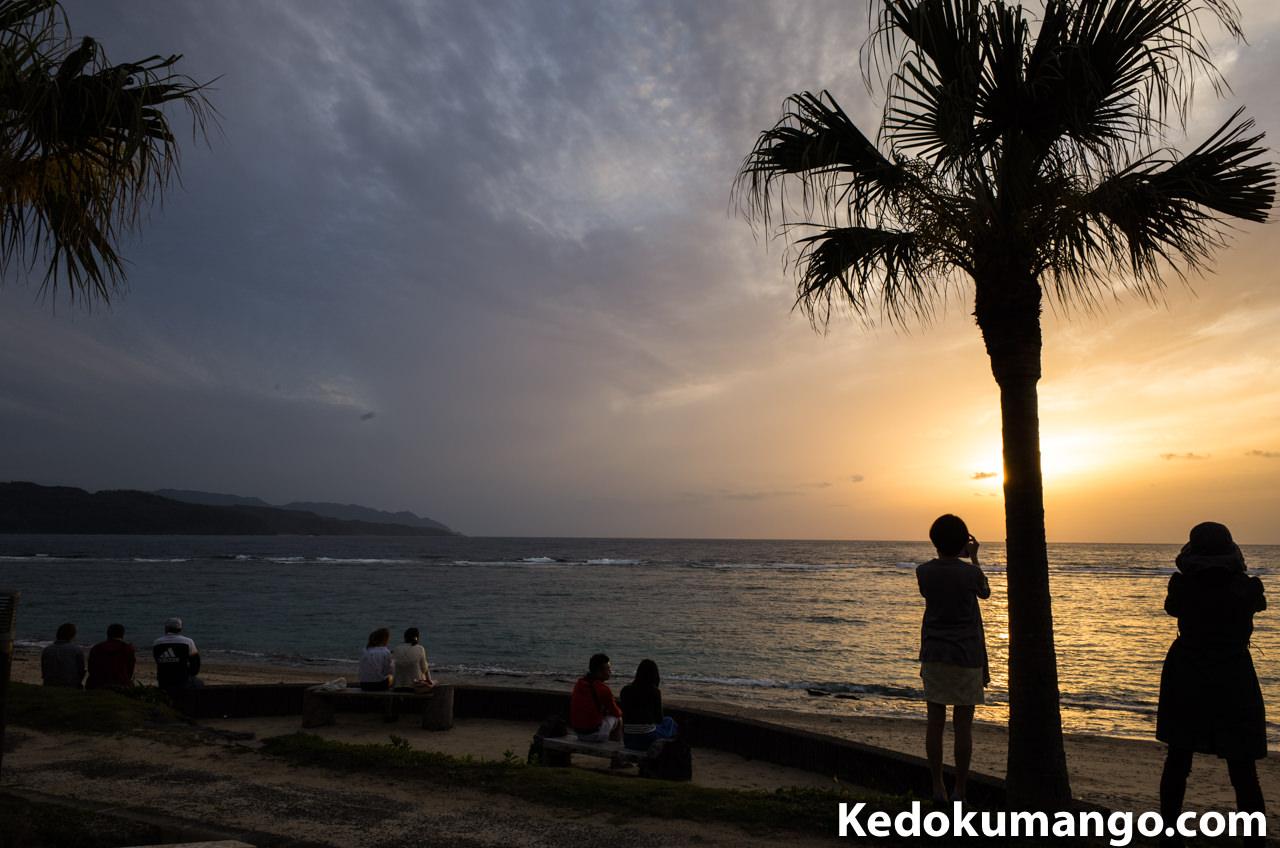 大浜海岸で夕陽を撮影する人々