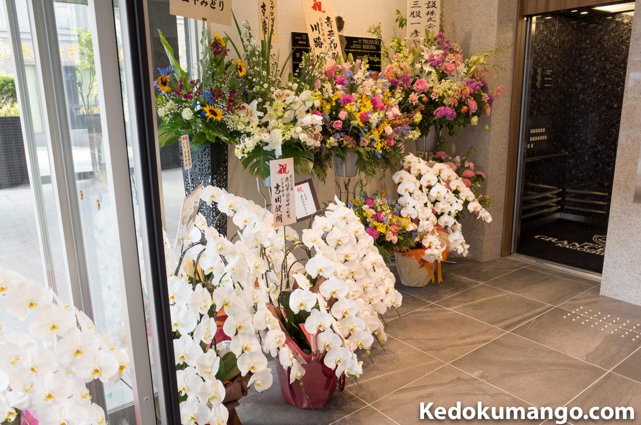 ホテル玄関の花_1