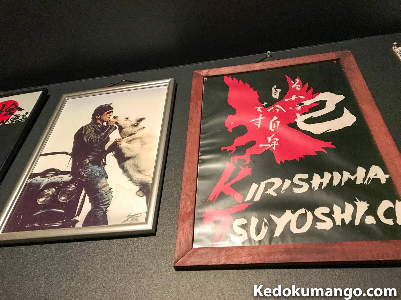 「焼肉 萬」の店内のポスターなど