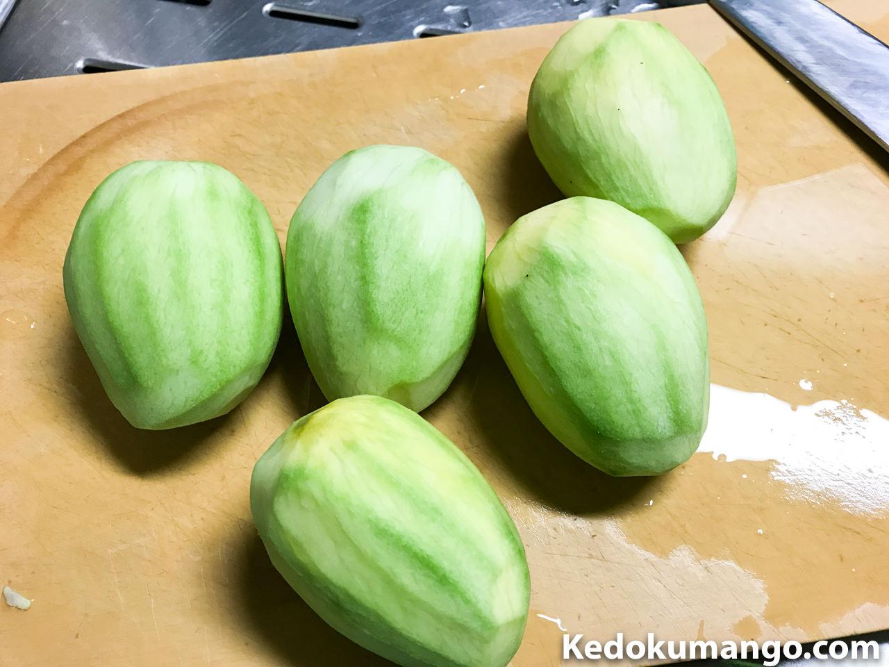 皮を剥いた摘果マンゴー
