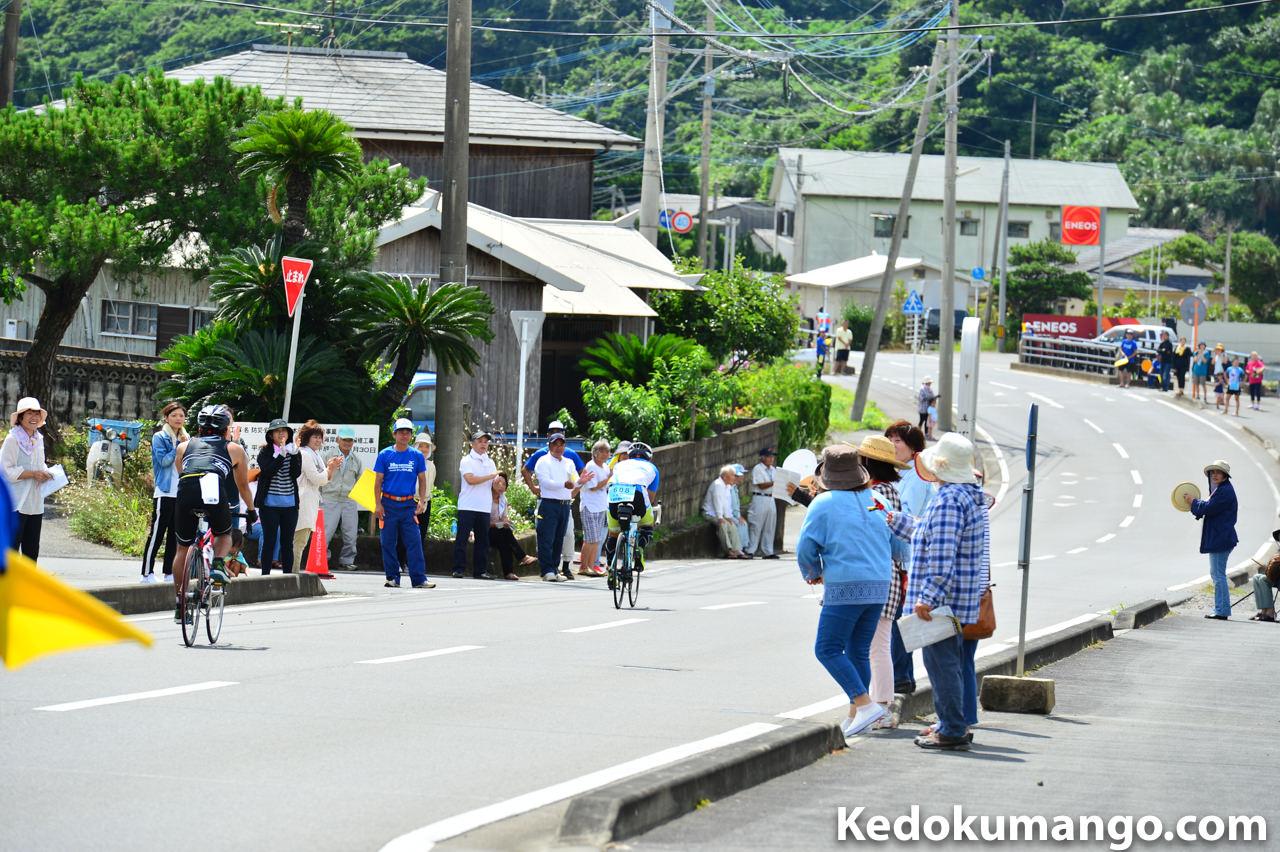 道路沿いで応援する人々