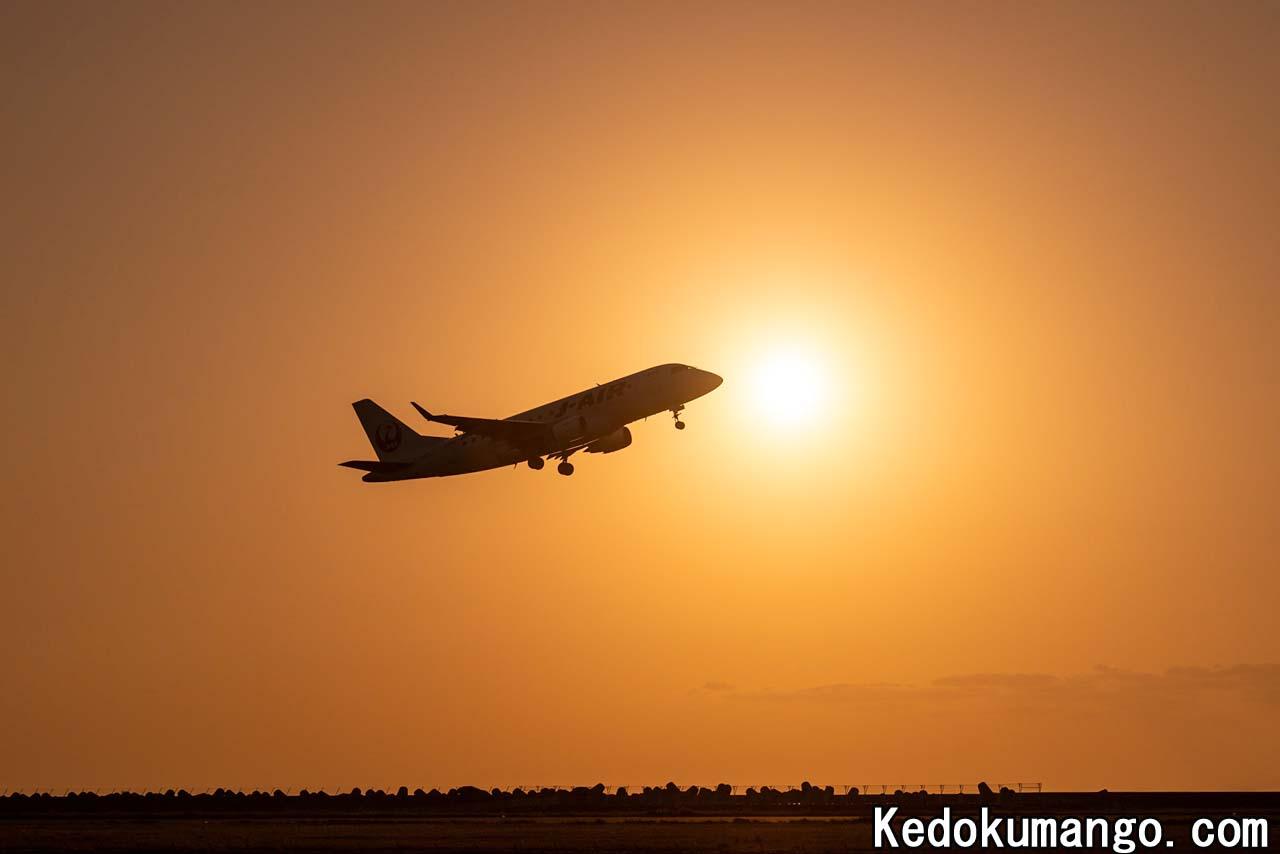 徳之島空港で撮影した夕陽と飛行機